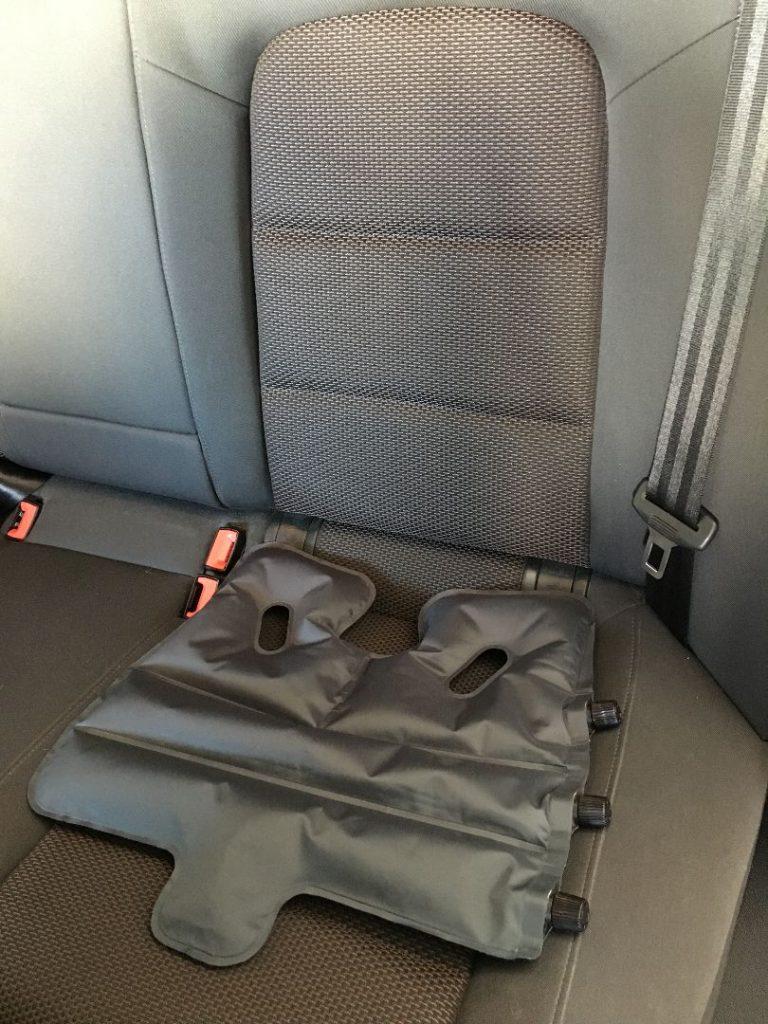 SoftAirSeat Basic+ im Auto, ob im Zug, Flugzeug oder im Büro, das kleinste orthopädische Sitzkissen der Welt